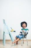 Peintures heureuses d'enfant avec la peinture Images stock