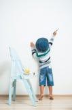 Peintures heureuses d'enfant avec la peinture Photographie stock