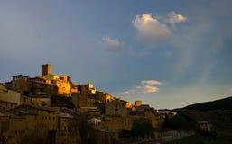 Peintures légères de coucher du soleil un vieux village espagnol avec des couleurs d'or Photographie stock
