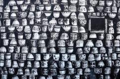 Peintures murales d'art de graffiti de rue dépeignant les tasses noires et blanches au vieux centre de Paphos, Chypre, l'Europe Images stock