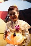 Peintures thaïes de femme sur des parapluies au BIT 2012 photographie stock libre de droits
