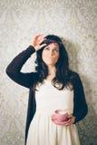Peinzend en verdenkend vrouw op retro muur met koffie royalty-vrije stock afbeelding