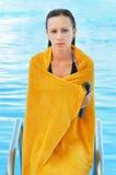 Peinzend meisje dat uit uit het zwembad komt Royalty-vrije Stock Foto