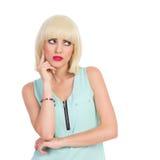 Peinzend mooi blondemeisje Royalty-vrije Stock Foto's