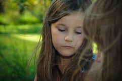 Peinzend portret van een weinig ernstig meisje, Stock Afbeelding