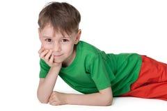 Peinzend rust weinig jongen Royalty-vrije Stock Fotografie