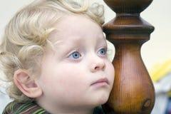 Peinzend weinig jongen royalty-vrije stock fotografie
