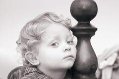 Peinzend weinig jongen royalty-vrije stock foto