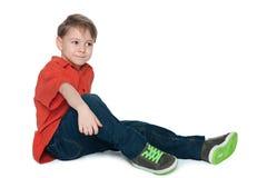 Peinzend weinig jongen in het rode overhemd Stock Foto's