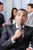 Peinzende Afrikaans-Amerikaanse zakenman royalty-vrije stock afbeelding