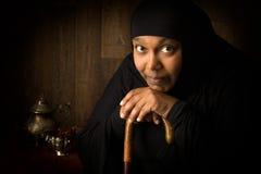 Peinzende Afrikaanse moslimvrouw Royalty-vrije Stock Afbeeldingen