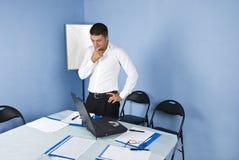 Peinzende bedrijfsmens in vergaderingsruimte Stock Afbeelding