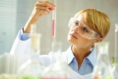 Peinzende chemicus stock foto