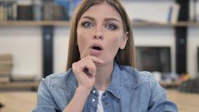 Peinzende Creatieve Vrouw die een Idee denken stock video