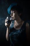 Peinzende Dame met een glas Royalty-vrije Stock Foto