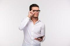 Peinzende de tabletcomputer van de zakenmanholding stock foto's
