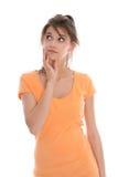 Peinzende en twijfelachtige jongelui geïsoleerde vrouw die de zomeroverhemd dragen. Stock Afbeelding