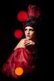 Peinzende femme fatale. Rouge et noir Royalty-vrije Stock Foto