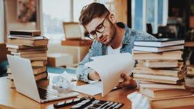Peinzende Freelance Tekstschrijver Working bij Bureau stock afbeelding