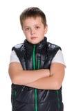 Peinzende jonge jongen in een jasje Stock Fotografie