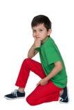 Peinzende jonge jongen in het groene overhemd Stock Foto's