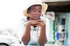 Peinzende jonge vrouw in concentratie royalty-vrije stock afbeelding