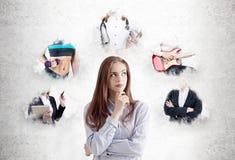 Peinzende jonge vrouw die carrièrewegen overwegen stock fotografie