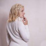 Peinzende jonge vrouw met blonde dreadlocks Stock Afbeelding