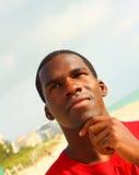 Peinzende jonge zwarte mens Royalty-vrije Stock Fotografie