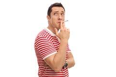 Peinzende kerel die een sigaret roken Stock Afbeeldingen
