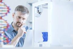 Peinzende mens en 3d printer Royalty-vrije Stock Foto