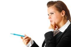 Peinzende moderne bedrijfsvrouw met pen stock afbeeldingen