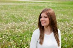 Peinzende mooie vrouw bij de weide Stock Fotografie