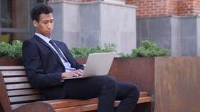 Peinzende Ontwerper Thinking terwijl het Werken aan Laptop stock video