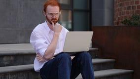 Peinzende Ontwerper Thinking terwijl het Werken aan Laptop Zitting dichtbij Venster stock videobeelden