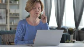 Peinzende oude hogere vrouw die en aan laptop denken werken stock video