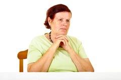 Peinzende oude vrouw Stock Foto's