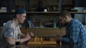Peinzende schaakspeler die over spelstrategie denken stock videobeelden