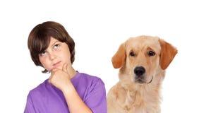 Peinzende tienerjongen met zijn hond Stock Foto