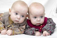 Peinzende tweelingen stock afbeelding