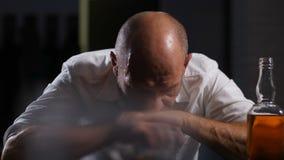 Peinzende volwassen mens binnen - middelbare leeftijdcrisis alleen thuis stock videobeelden
