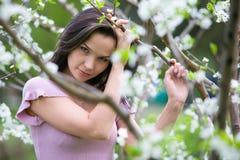 Peinzende vrouw bij de lente Stock Foto