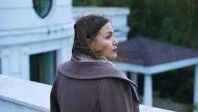 Peinzende vrouw die op middelbare leeftijd zich op balkon van landgoed bevinden, voelend droevig en eenzaam stock videobeelden