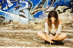 Peinzende vrouw met mes Stock Afbeeldingen