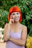 Peinzende vrouw met rood haar die een ontspannen dag enjoing royalty-vrije stock foto