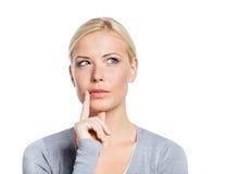 Peinzende vrouw wat betreft haar gezicht Stock Foto's
