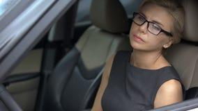 Peinzende vrouwenzitting in automobiel en het denken over het levensproblemen, depressie stock afbeeldingen