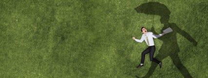 Peinzende zakenman op gras royalty-vrije stock afbeeldingen