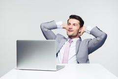 Peinzende zakenmanzitting bij de lijst met laptop Stock Foto