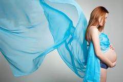 Peinzende zwangere vrouw Royalty-vrije Stock Foto's